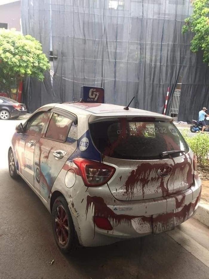 Đỗ xe dưới gầm cầu qua đêm, tài xế taxi 'phát sốt' khi thấy chiếc xe bị xịt sơn đỏ kín các góc Ảnh 2