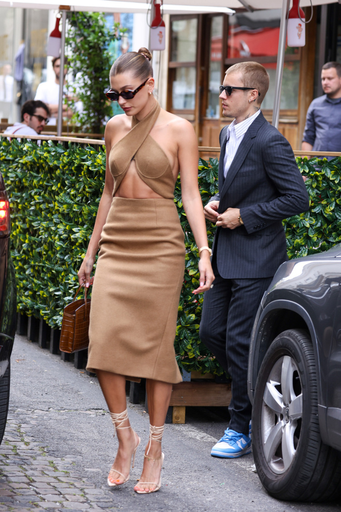 Vợ Jusitn Bieber mặc váy yếm hở hang đi gặp Tổng thống Pháp gây tranh cãi Ảnh 3