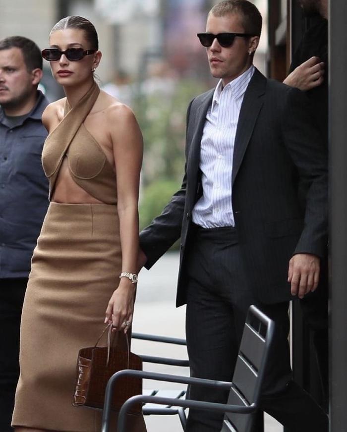 Vợ Jusitn Bieber mặc váy yếm hở hang đi gặp Tổng thống Pháp gây tranh cãi Ảnh 1