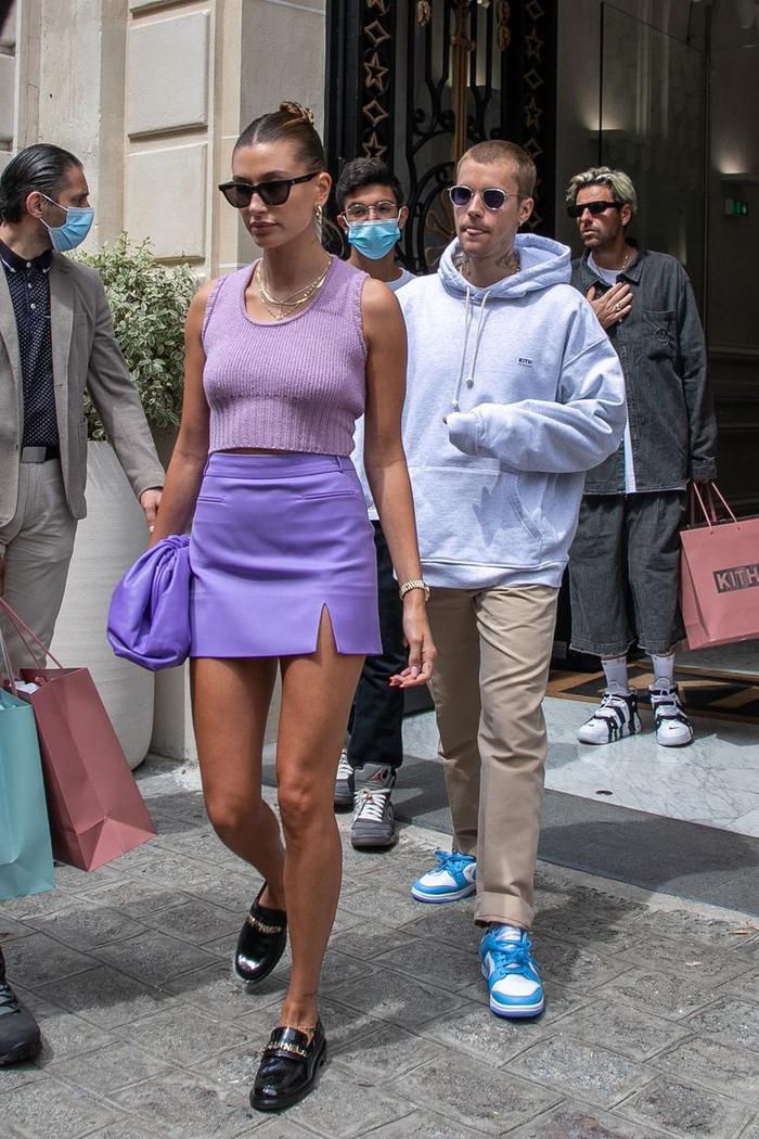 Vợ Jusitn Bieber mặc váy yếm hở hang đi gặp Tổng thống Pháp gây tranh cãi Ảnh 7