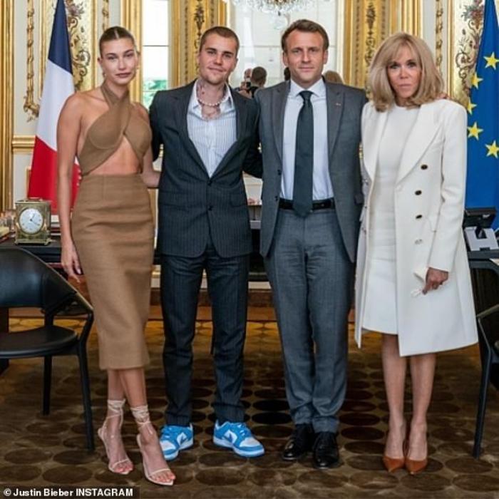 Vợ Jusitn Bieber mặc váy yếm hở hang đi gặp Tổng thống Pháp gây tranh cãi Ảnh 5