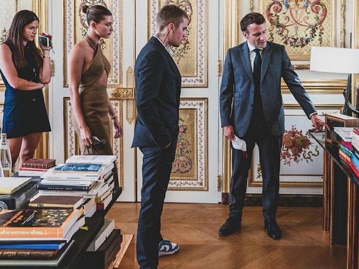 Vợ Jusitn Bieber mặc váy yếm hở hang đi gặp Tổng thống Pháp gây tranh cãi Ảnh 6