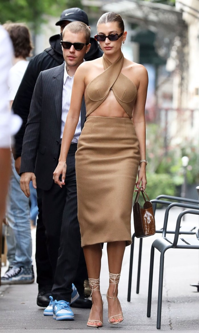 Vợ Jusitn Bieber mặc váy yếm hở hang đi gặp Tổng thống Pháp gây tranh cãi Ảnh 2