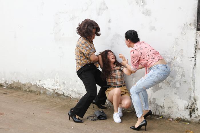 'Vợ hai' tập 1: Diễm Trần làm 'tiểu tam', bị chính thất lột đồ đánh ghen giữa đường