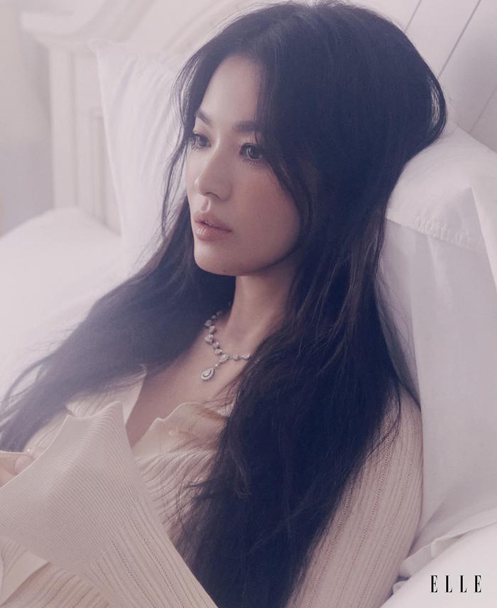 Tạo dáng 'vật vã', vợ cũ Song Joong Ki: 'Tôi chỉ là một Song Hye Kyo không hơn không kém' Ảnh 6