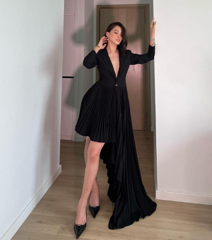 Hoa hậu Tiểu Vy mặc váy khoét ngực sâu, lên đồ như đi tiệc mùa giãn cách xã hội Ảnh 1