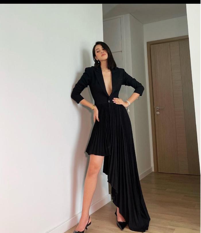 Hoa hậu Tiểu Vy mặc váy khoét ngực sâu, lên đồ như đi tiệc mùa giãn cách xã hội Ảnh 3