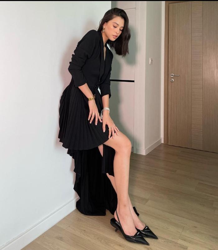 Hoa hậu Tiểu Vy mặc váy khoét ngực sâu, lên đồ như đi tiệc mùa giãn cách xã hội Ảnh 2