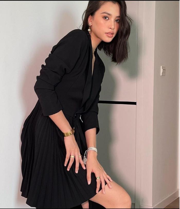 Hoa hậu Tiểu Vy mặc váy khoét ngực sâu, lên đồ như đi tiệc mùa giãn cách xã hội Ảnh 4