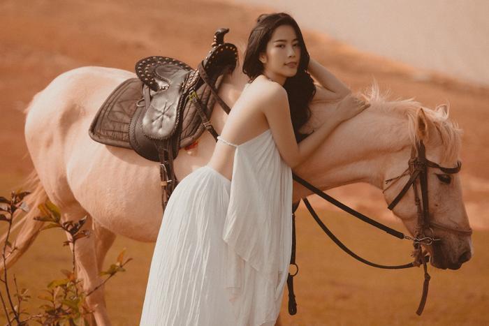 Nam Em hóa cô nàng du mục quyến rũ, cưỡi ngựa trên đồi vắng Ảnh 1