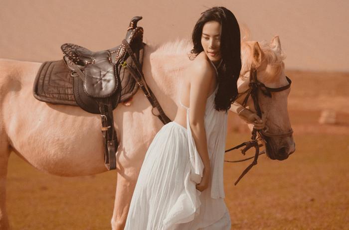 Nam Em hóa cô nàng du mục quyến rũ, cưỡi ngựa trên đồi vắng Ảnh 2
