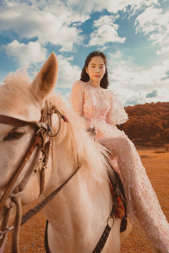 Nam Em hóa cô nàng du mục quyến rũ, cưỡi ngựa trên đồi vắng Ảnh 4