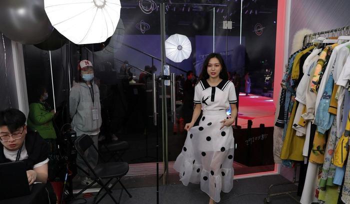 Bên trong lò đào tạo livestream, nơi tạo ra những streamer nuôi sống ngành thương mại tỷ đô ở Trung Quốc Ảnh 2