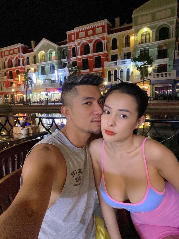 Ngân 98 hớ hênh để lộ vòng 1 ra ngoài khiến Lương Bằng Quang liên tục nhắc nhở