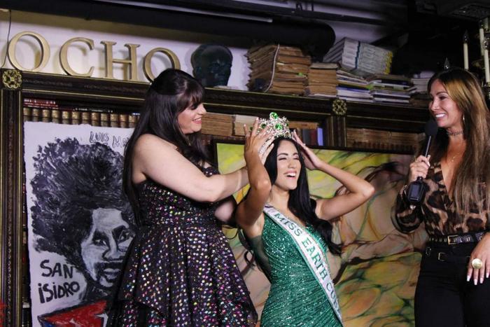 Miss Earth Cuba bị NTK Việt tố mặc đầm nhái anh làm cho Khánh Vân Ảnh 2