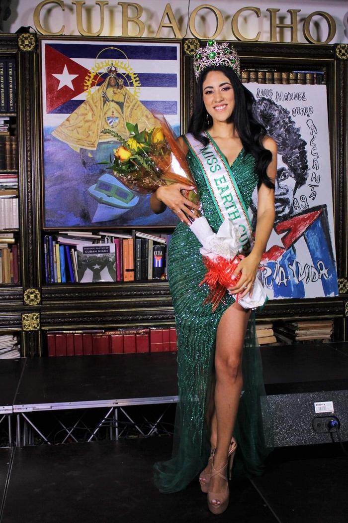 Miss Earth Cuba bị NTK Việt tố mặc đầm nhái anh làm cho Khánh Vân Ảnh 3