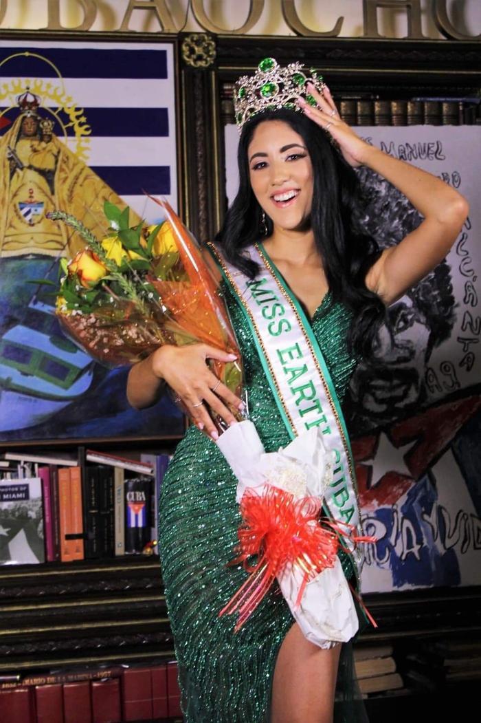 Miss Earth Cuba bị NTK Việt tố mặc đầm nhái anh làm cho Khánh Vân Ảnh 4