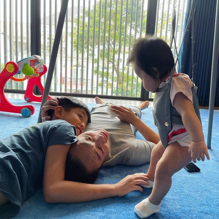 Giữa mùa dịch bệnh, Subeo cùng vợ chồng Cường Đô La có hành động đẹp, đáng ý là biểu cảm của Suchin