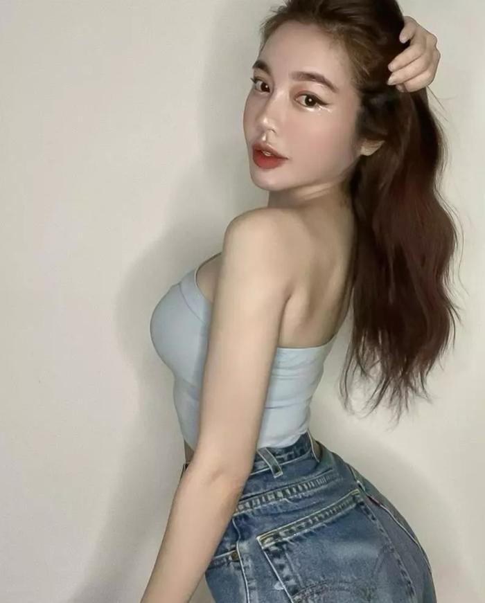 Elly Trần tiếp tục đăng ảnh thiếu vải, đến cả fan nước ngoài cũng đánh giá phản cảm Ảnh 3