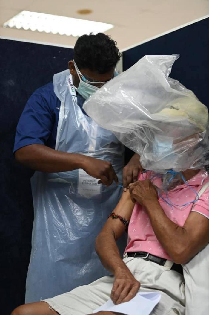 Bị cười nhạo vì trùm túi nilon đi tiêm vắc xin Covid-19, hành động của ông chú khiến mọi người câm nín Ảnh 3