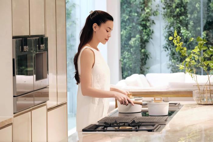 Hà Hồ quyết định thành 'bà nội trợ', Kim Lý cũng gia nhập đường đua làm chef chính hiệu Ảnh 1