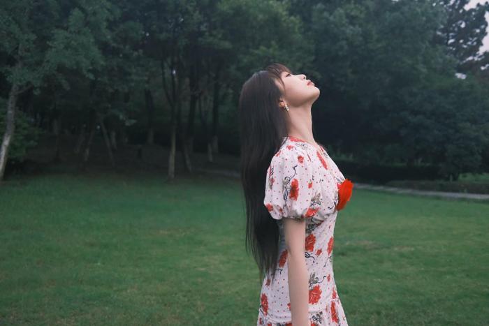 Ngu Thư Hân khoe nhan sắc 'kẹo ngọt' tay trong tay bên 'giáo sư thực vật' Trương Bân Bân
