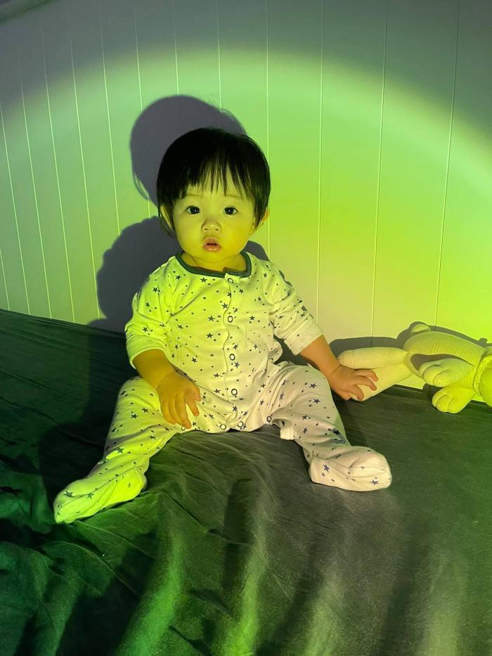 Đàm Thu Trang khoe ảnh lần đầu tiên em bé Suchin biết selfie cùng ba mẹ và anh hai Ảnh 5