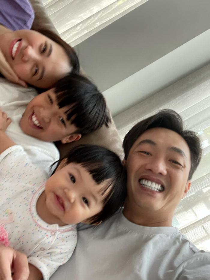 Đàm Thu Trang khoe ảnh lần đầu tiên em bé Suchin biết selfie cùng ba mẹ và anh hai Ảnh 1