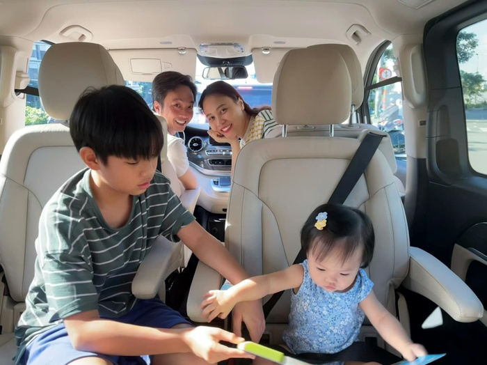 Đàm Thu Trang khoe ảnh lần đầu tiên em bé Suchin biết selfie cùng ba mẹ và anh hai Ảnh 3