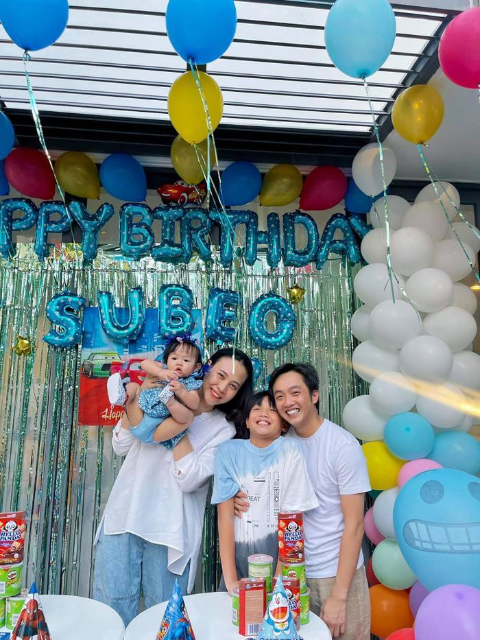 Đàm Thu Trang khoe ảnh lần đầu tiên em bé Suchin biết selfie cùng ba mẹ và anh hai Ảnh 2