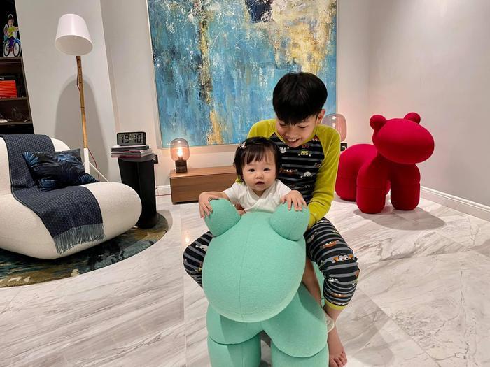 Đàm Thu Trang khoe ảnh lần đầu tiên em bé Suchin biết selfie cùng ba mẹ và anh hai Ảnh 4