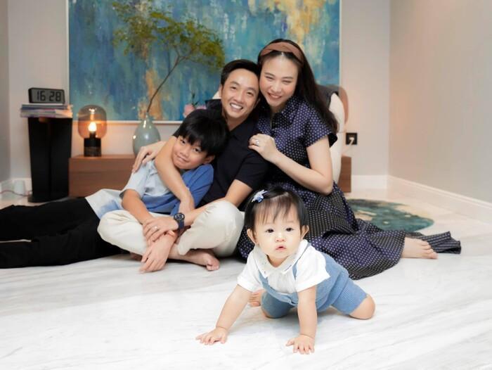 Đàm Thu Trang khoe ảnh lần đầu tiên em bé Suchin biết selfie cùng ba mẹ và anh hai Ảnh 9