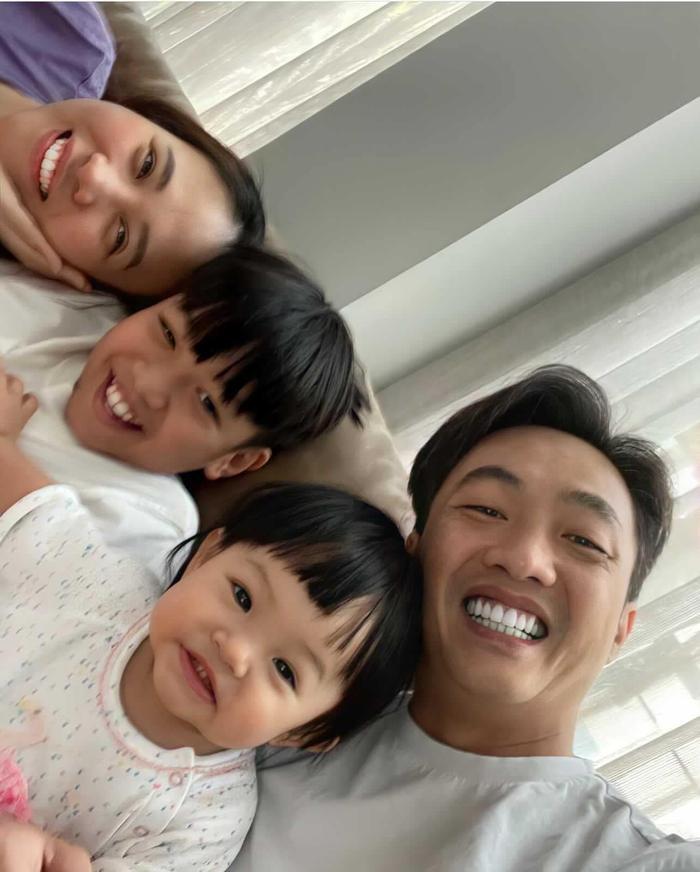 Đàm Thu Trang khoe ảnh selfie cả nhà, biểu cảm của Suchin và Subeo 'đốn tim' dân tình