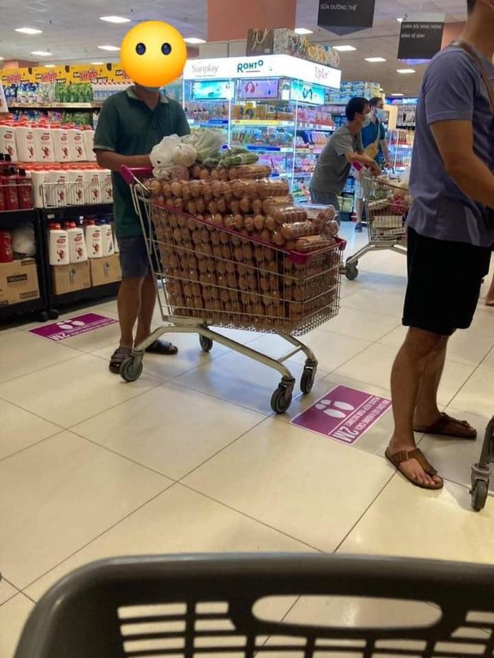 Sự thật sau bức ảnh người đàn ông 'vơ vét' cả xe trứng trong siêu thị, có phải làm từ thiện như lời đồn? Ảnh 1