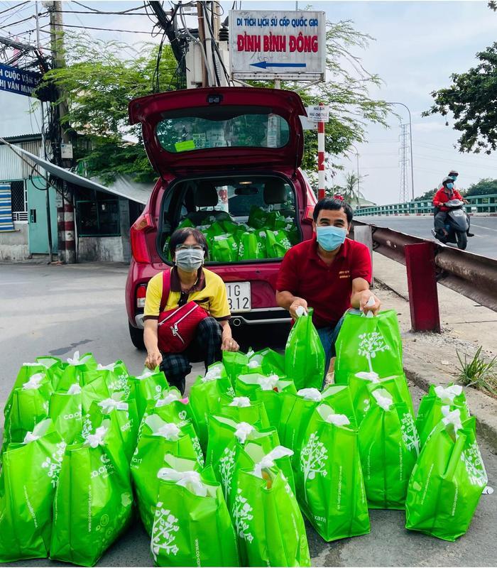 Quyền Linh thương Sài Gòn 'đứt ruột đứt gan', len lỏi vào tận hẻm sâu để phát quà từ thiện Ảnh 3