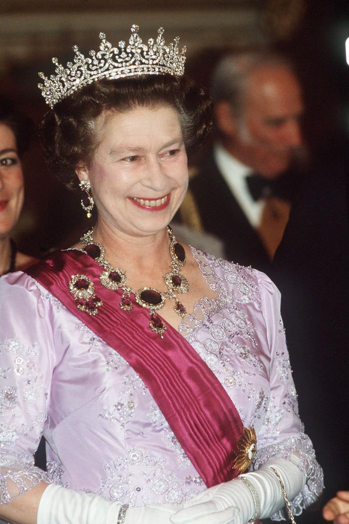 Bí ẩn tủ đồ Hoàng gia: Lóa mắt với loạt trang sức thạch anh tím của phụ nữ hoàng gia Anh Ảnh 1