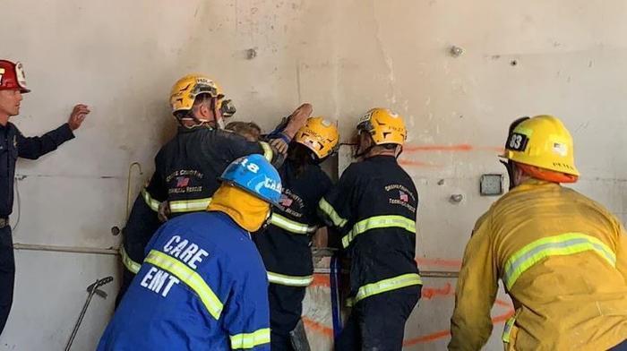 Nghe tiếng khóc từ khe hẹp tòa nhà, lính cứu hỏa hoảng hốt khi thấy cô gái khỏa thân mắc kẹt bên trong Ảnh 3