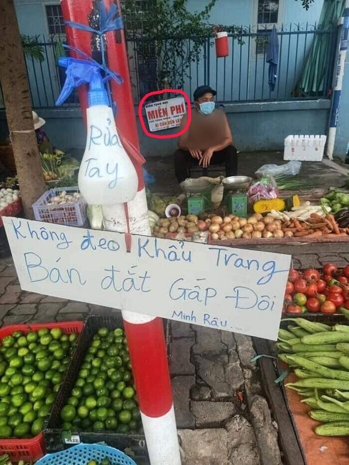 Mới bị chửi vì pha bán hàng 'cực chất', anh chàng bán rau lại gây bão dư luận vì hành động đẹp này Ảnh 2