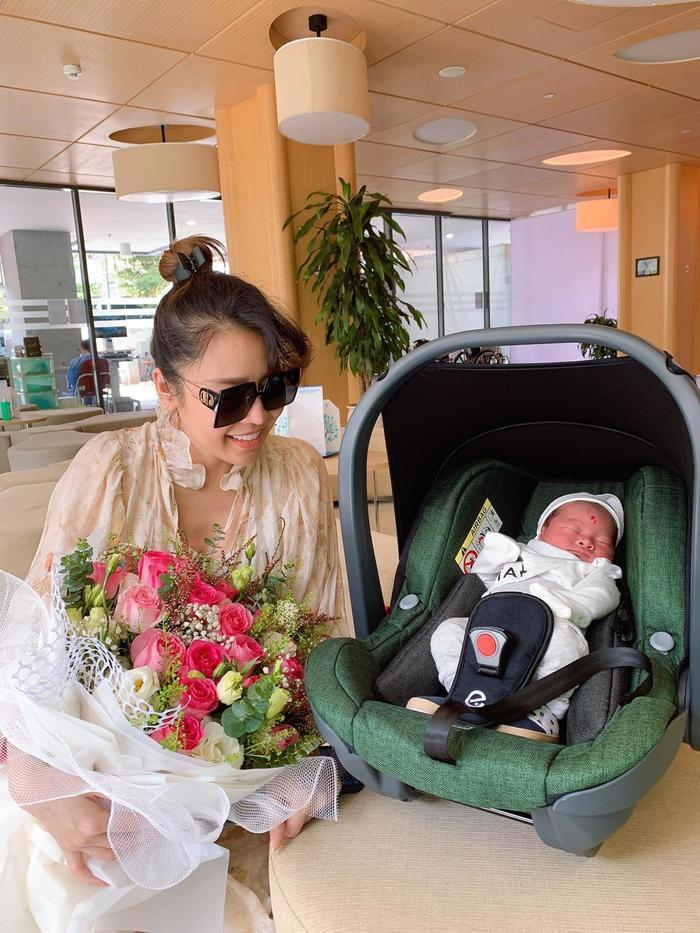 Sinh con chưa được 1 tuần, Quế Vân đã úp mở vòng một căng đầy cùng nhan sắc xinh đẹp Ảnh 2