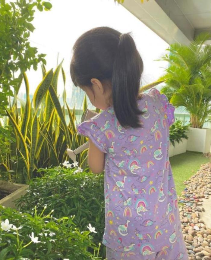 Hoa hậu Đặng Thu Thảo khoe ảnh con gái giúp mẹ tưới cây, ra dáng chị cả trong gia đình Ảnh 2