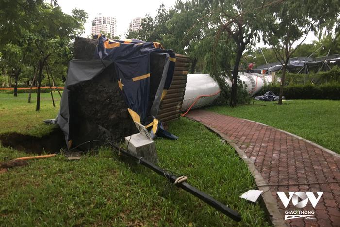 TP.HCM: Giông lốc kèm mưa lớn kinh hoàng quật ngã bảng quảng cáo 'khổng lồ' ngoài trời Ảnh 2