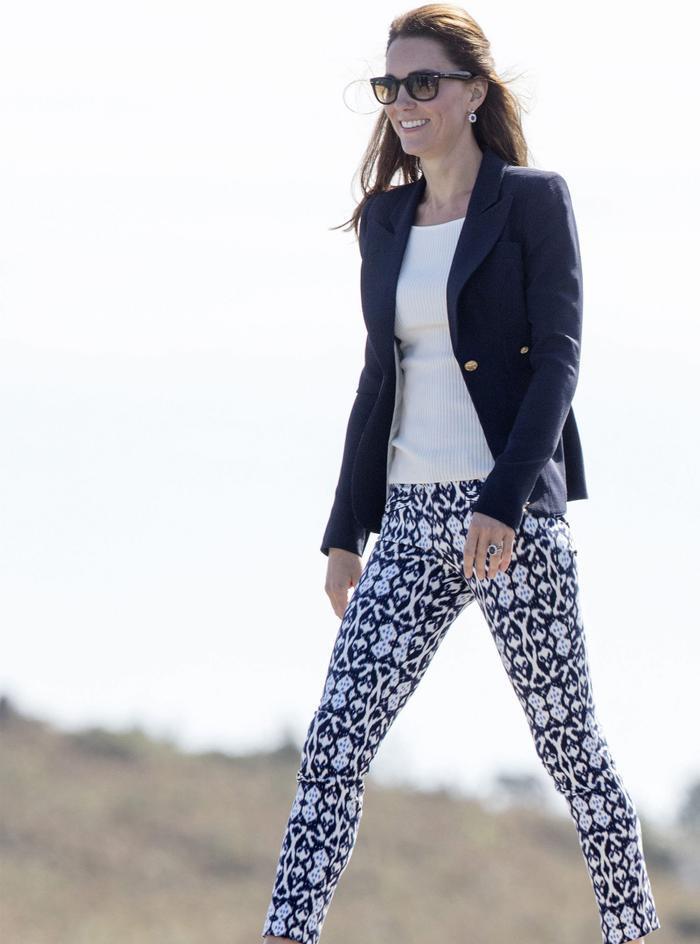 Cách mặc áo blazer thanh lịch như Công nương Kate Ảnh 6