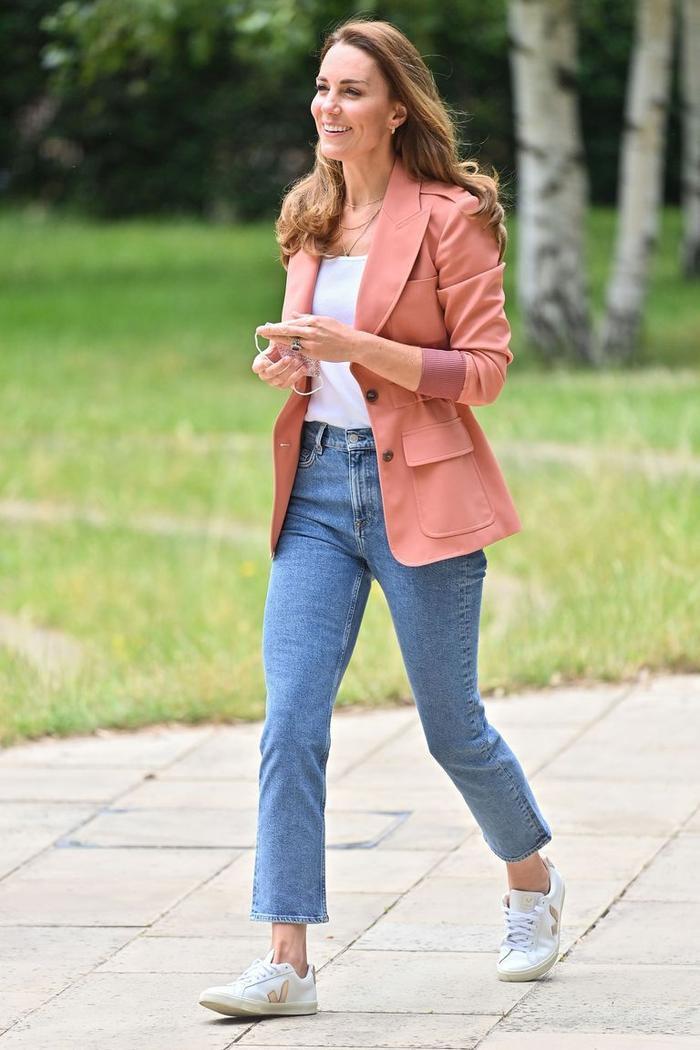 Cách mặc áo blazer thanh lịch như Công nương Kate Ảnh 2