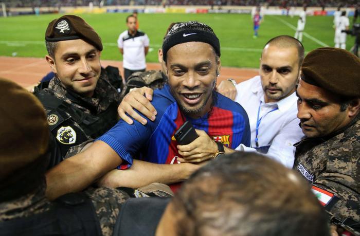 Ronaldinho nhảy múa với trái bóng trong trận Siêu kinh điển đặc biệt Ảnh 1