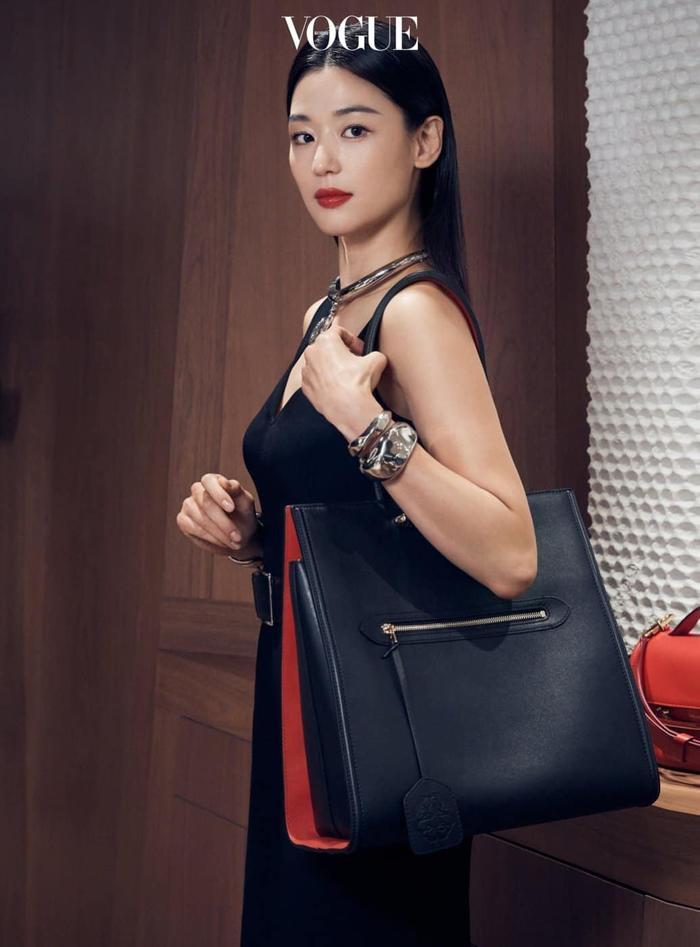 Mợ chảnh Jeon Ji Huyn mặc váy hiệu đắt đỏ nhưng visual vẫn bị chê gầy 'hốc hác' Ảnh 5
