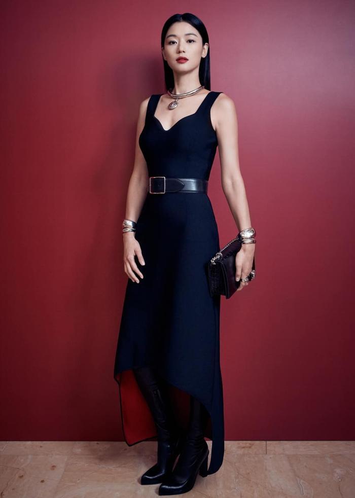 Mợ chảnh Jeon Ji Huyn mặc váy hiệu đắt đỏ nhưng visual vẫn bị chê gầy 'hốc hác' Ảnh 4