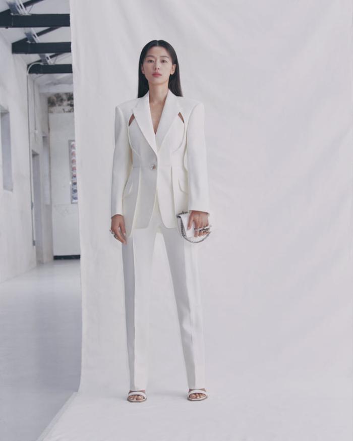 Mợ chảnh Jeon Ji Huyn mặc váy hiệu đắt đỏ nhưng visual vẫn bị chê gầy 'hốc hác' Ảnh 6