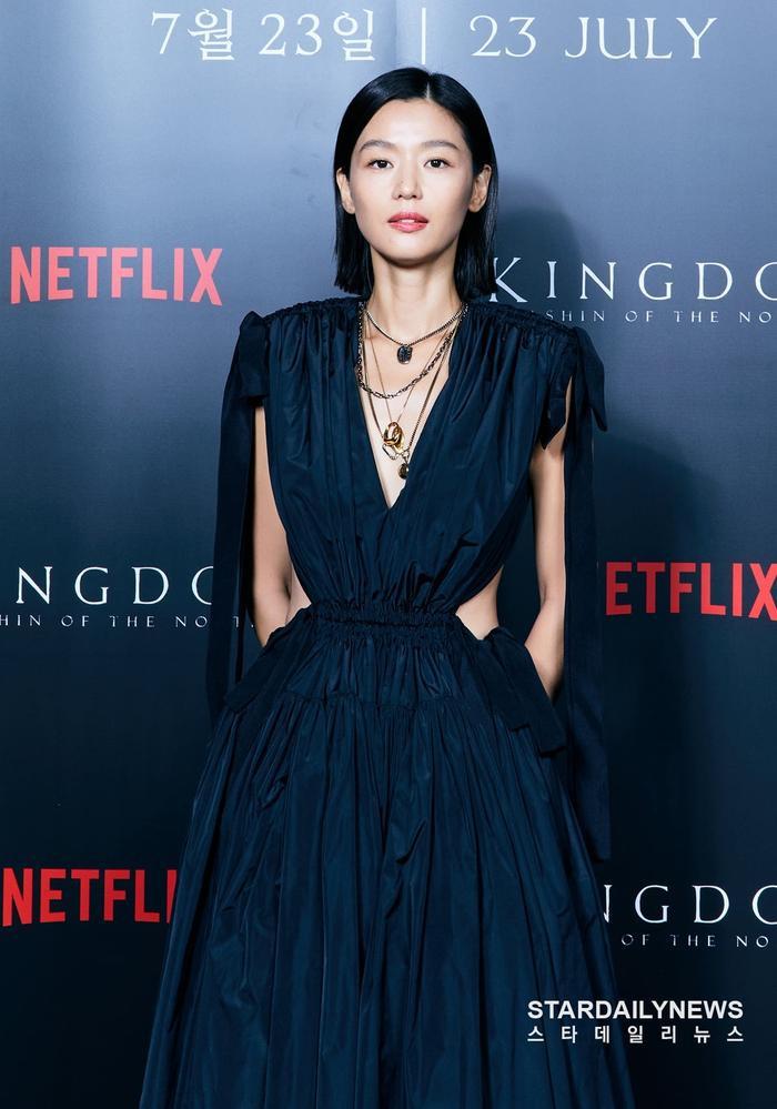 Mợ chảnh Jeon Ji Huyn mặc váy hiệu đắt đỏ nhưng visual vẫn bị chê gầy 'hốc hác' Ảnh 1