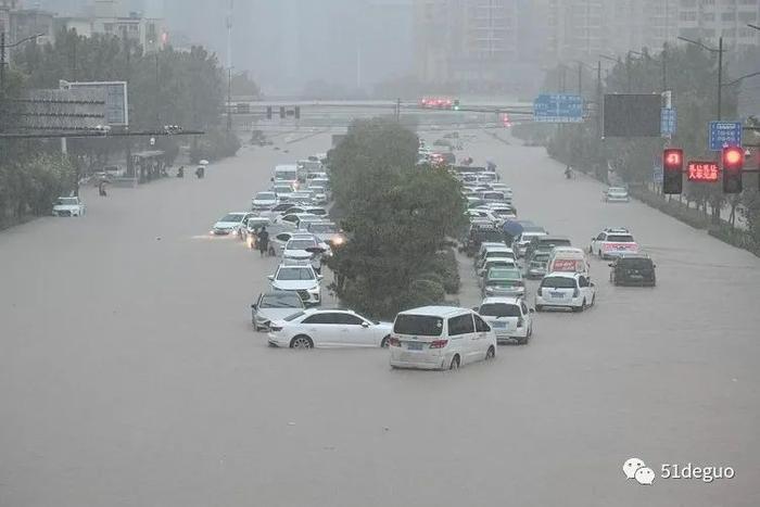 Trung Quốc: Mưa lớn nhất 60 năm, hành khách mắc kẹt trong tàu điện ngầm khi nước dâng cao tới nửa người