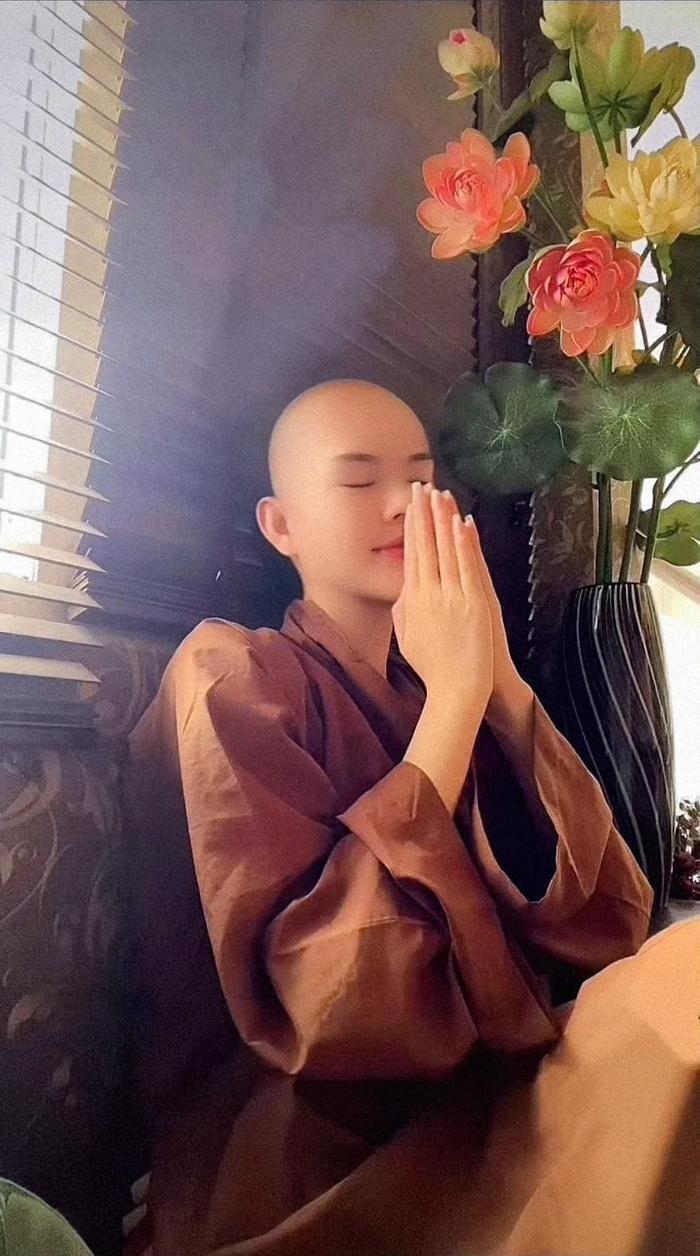 Ngọc Trinh mặc áo Phật tử: Những hẹn hò từ nay xin khép lại? Ảnh 1